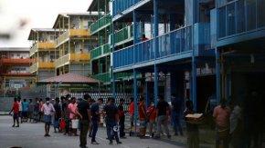 Издънката на Сингапур - забравиха за имигрантите в общежитията