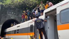 Десетки загинаха, след като влак дерайлира в тунел в Тайван