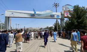 Трима паднаха от колесник на летището в Кабул и починаха