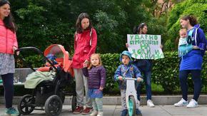 Родители на неприети в градини деца протестираха за компенсация с ваучери