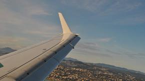 Самолет кацна извънредно, заради отказващ да излезе от тоалетната пътник