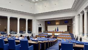 """""""Популизъм преди нова криза"""": Без дебати само 98 депутати приеха предизборния бюджет на """"Борисов 3"""""""