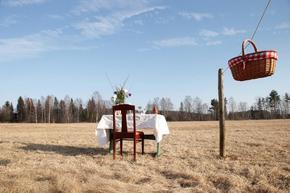 Шведска двойка откри ресторант на поляна с един стол и една маса