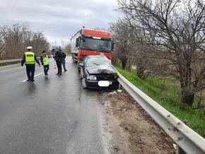 "Камион и лек автомобил се удариха до кръговото към ""Макак"""