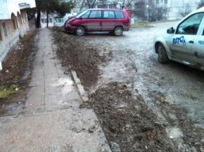 Разкопани тротоари и кал