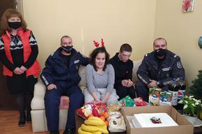 """Полицаи събраха пари и занесоха подаръци на децата от Дом """"Детелина"""""""