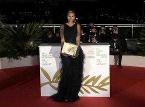 """Френска режисьорка спечели """"Златната палма"""" на 74-ия кинофестивал в Кан"""