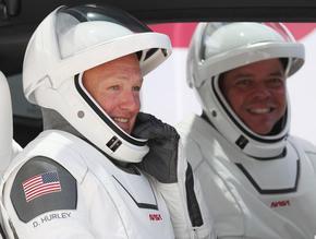 Двамата астронавти в капсулата на Space X й дадоха името Индевър