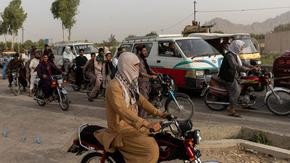 Талибаните бележат нови победи, докато светът наблюдава Афганистан с безпокойство