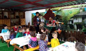 """Децата от ДГ """"Брезичка"""" учат и творят в етнографска работилница на открито"""