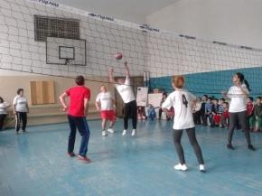 Среща по волейбол между ученици и учители