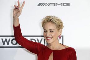 """Шарън Стоун се оплака от сексуален тормоз. Излъгали я за """"онази"""" сцена в """"Първичен инстинкт"""""""