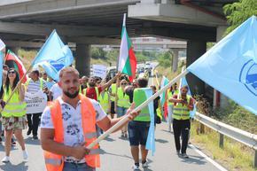 """Работници на """"Автомагистрали – Черно море"""" блокираха """"Хемус"""" заради забавени милиони от държавата."""