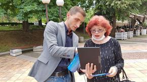 """Водачът на листата на """"Демократична България"""" в Шумен Николай Христов показа на шуменци как се гласува машинно"""