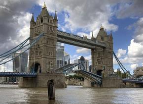 Двете части на Тауър бридж блокираха, хаос в движението в Лондон