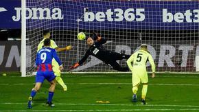 "Луис Суарес прати ""Атлетико"" далеч на върха, вратар вкара гол"