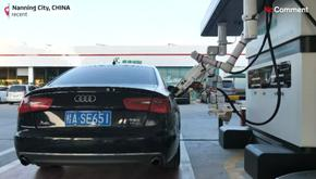 В Китай тестват работ, който да зарежда автомобили с гориво