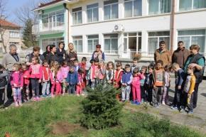 Засадиха дръвчета в двора на училище и детска градина в Преслав по случай Седмицата на гората