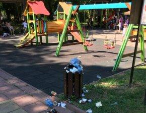 Детските площадки в Градската градина са потънали в мръсотия