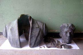 Откраднаха бюста на Милан Борисов от парка в Преслав