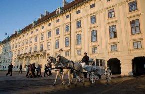 Стил и класа по време на пандемия: Във Виена файтони доставят храна по домовете
