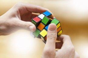 Надолу с главата: Кипърски ученик подобри световен рекорд за кубче на Рубик