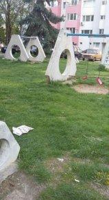 Счупени люлки и пейки на детска площадка на ул. Цар Осовобидител