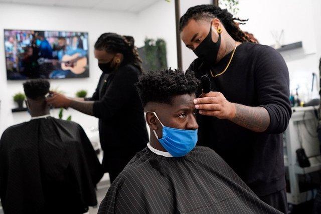 Властите в Сан Диего, Калифорния, разрешиха бръснарниците и фитнес залите да бъдат отворени. Снимка АП/БТА