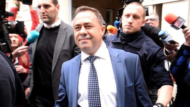 Красимир Живков при извеждането му от сградата на МОСВ по-рано днес. Снимка: Велко Ангелов