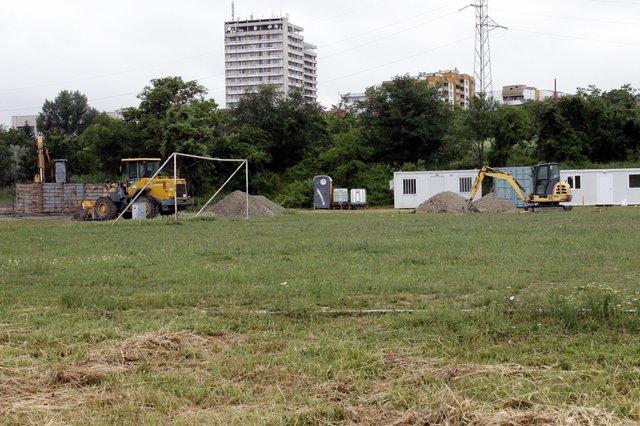 Фирмата, която ще строи зала и игрище вече е разположила техника на терена.