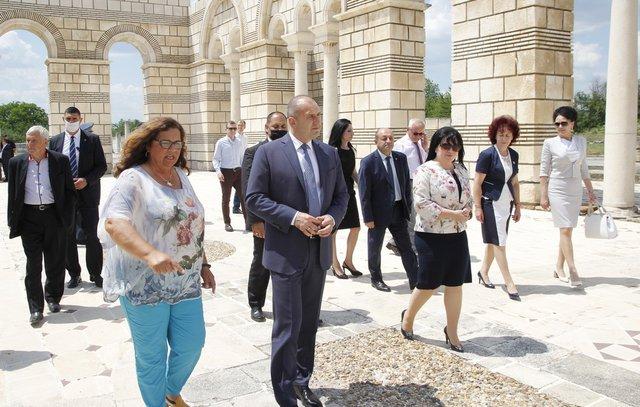 Президентът разгледа Голямата Базилика в Плиска