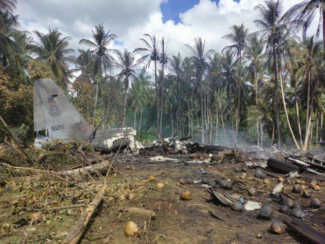 Останки от разбилия се във Филипините военен самолет. Снимка: AP/БТА