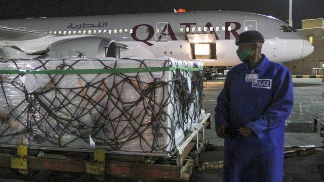 Пратка с ваксини пристига на летището в Доха.  © Associated Press