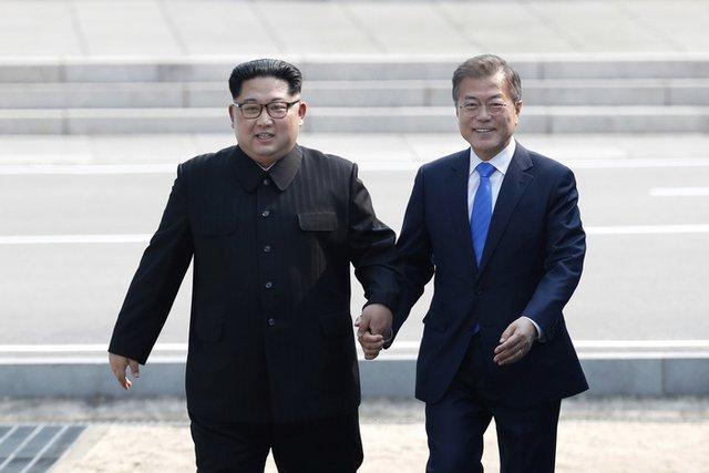 Ким Чен Ун и Мун Дже Ин - на границата между двете Кореи. Сн. АП/БТА