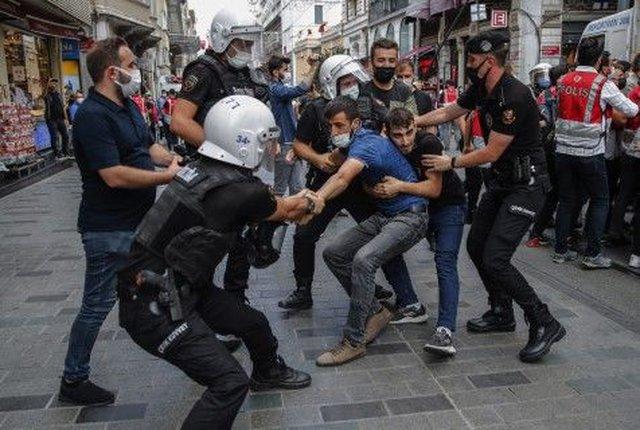 Полицията разтури неразрешен протест в Истанбул по повод Световния ден на мира, 5 септември  Снимка: AP/БТА