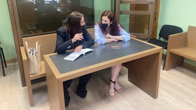 Кира Ярмиш (вдясно), говорителка на Навални, в съд в Москва на 21 юли. През февруари тя бе поставена под домашен арест, защото била нарушавала на неразрешен митинг ограничителните мерки заради пандемията. Снимка: Reuters