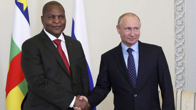 Президентът на Централноафриканската република Фостан-Арканж Туадера с руския си колета Владимир Путин