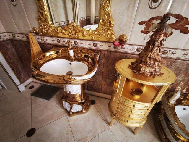 Златната декорация започва още от портата на имота  Сн: Telegram/Александр Хинштейн