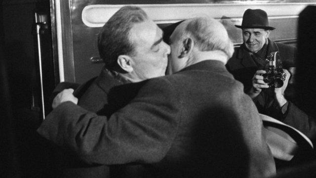 Т. Живков посреща Л. Брежнев в София на 6 март 1968 г. за среща на върха на страните от Варшавския договор. 6 м. по-късно военни части на няколко от тези държави, предвождани от Червената армия, нахлуват в Чехословакия, за да смажат т.н. Пражка пролет. ©
