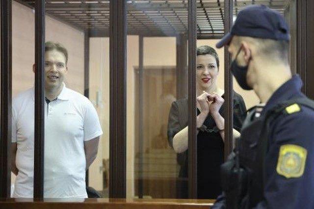 Опозиционните активисти на Беларус Мария Колесникова (вдясно) и Максим Знак пo време на съдебното заседание в Минск в понеделник, 6 септември 2021 г. Колесникова е оформила сърце с ръцете си, на които са поставени белезници, символ на протеста. Сн: AP/БТА