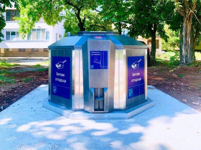 """Подземни контейнери за битови отпадъци вече са монтирани в редица общини в България. На снимката контейнер във Враца. Снимка"""" Община Враца."""