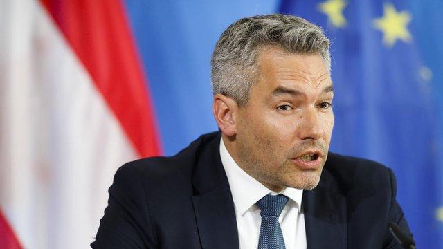Вътрешният министър Карл Нехамер.
