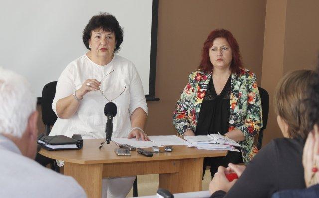 Проф. Соня Тончева, директор на Филиал-Шумен и доц. Теодора Евтимова, зам.-директор /вдясно/