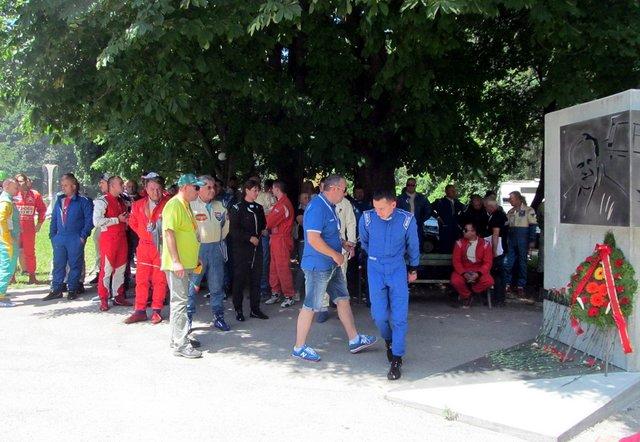 Традицията е спазена и в началото на състезнието бяха поднесени цветя пред паметника на Влерий Великов.