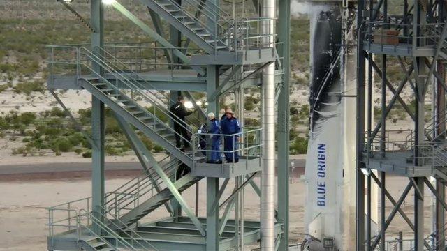 Безос и екипажът му се качват на ракетата Снимка: БТА/АП