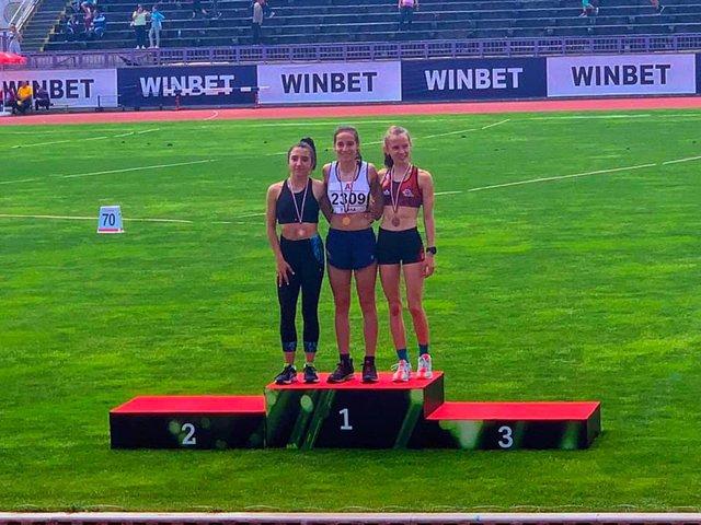 Аделина Павлома зписа личен резултат и спечели сребро при момичетата до 16 г. на 1500 м. Снимка: фейсбук страницата на треньора Господинка Жекова.