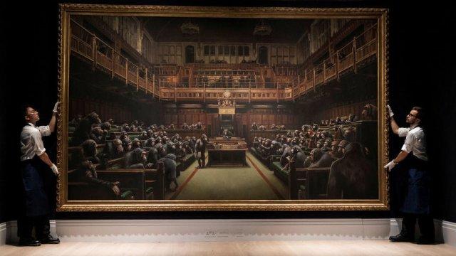 """Картината на Банкси Devoted Parliament преди търга в """"Сотбис"""".© Reuters"""