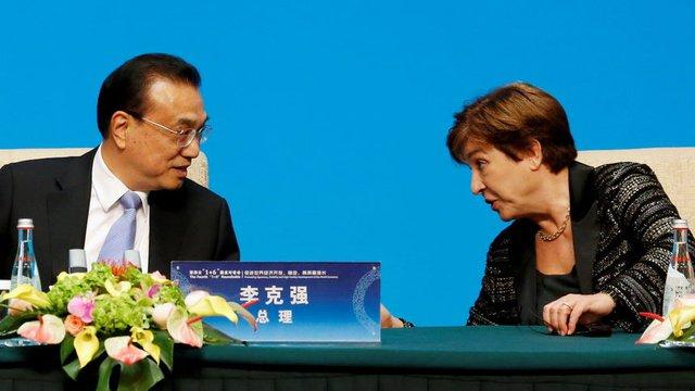 Ръководителката на МВФ разговаря преди пресконференция в Пекин с китайския премиер Ли Къцян през ноември 2019 г.