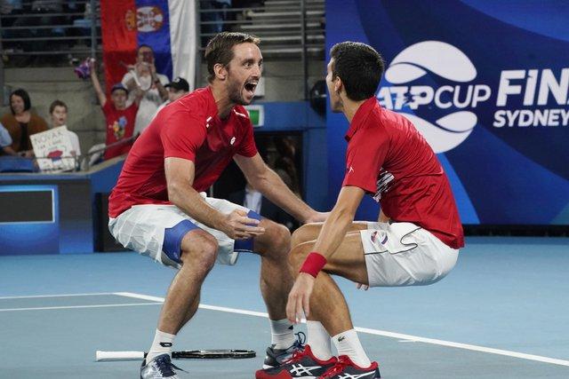 Троицки (л) и Джокович (д) ликуват след победата си на двойки, която им гарантира триумфа в първото издание на ATP Cup.