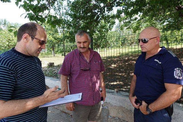Кметът на с. Капитан Петко разговаря с инсп. Николай Спасов и инсп. Йордан Йорданов от ОДМВР-Шумен.